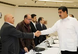 Maduro cumprimenta o líder opositor Jesús Torrealba no domingo Foto: HO / AFP