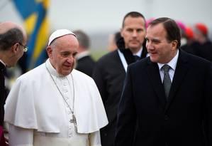 O Papa Francisco foi recebido no aeroporto pelo primeiro-ministro suceo, Stefan Lofven Foto: TT NEWS AGENCY / REUTERS