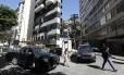 Carros do Batalhão de Choque ocupam acesso ao Pavão-Pavãozinho em Copacabana