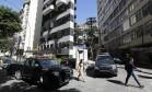 Carros do Batalhão de Choque ocupam acesso ao Pavão-Pavãozinho em Copacabana Foto: Pablo Jacob / Agência O Globo