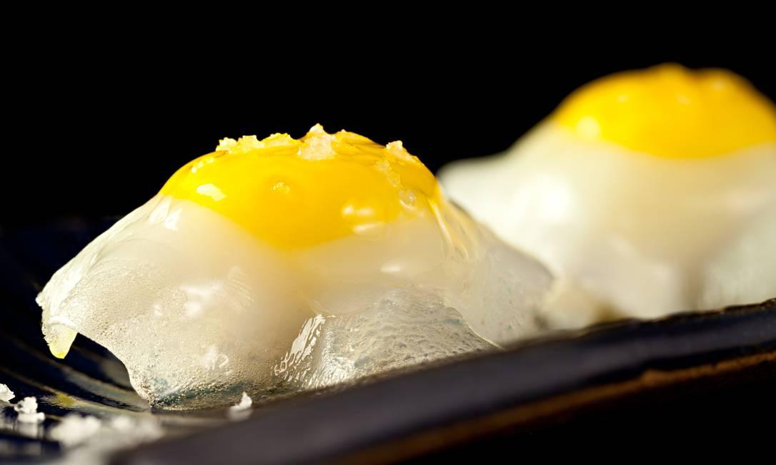 Sushi Leblon. Ovo de codorna com azeite trufado e agulhão branco (R$ 26, a dupla) Rodrigo Azevedo / Divulgação