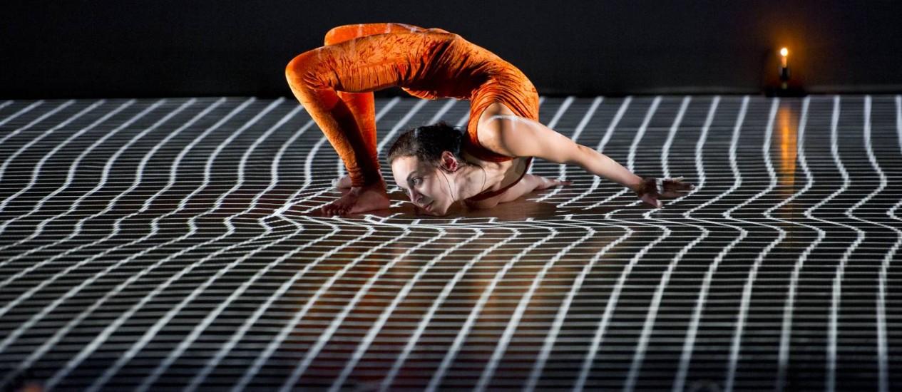 Com 11 dançarinos em cena, 'Pixel' aposta na relação entre os corpos e as imagens projetadas, e foi criado em parceria com os artistas digitais Adrien Mondot e Claire Bardainne Foto: Divulgação/Laurent Philippe