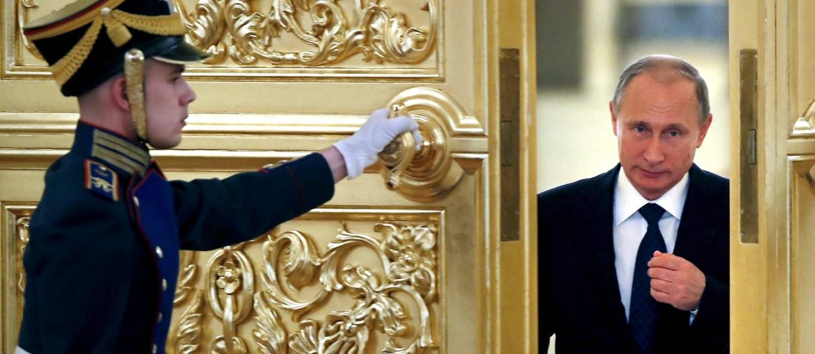 Porta entreaberta. Fontes na Rússia dizem que o presidente Vladimir Putin se diverte com a situação nos Estados Unidos; ele teria uma preferência pelo republicano Donald Trump, por sua tendência a olhar mais para dentro de seu país Foto: POOL / REUTERS