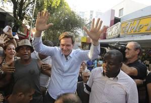 Marcelo Crivella comemora eleição no calçadão de Bangu Foto: Extra Cidade / Agência O Globo