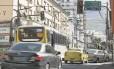 Bandalha. Ônibus e táxi avançam o sinal vermelho, no Andaraí: multas pagas até o vencimento e sem contestação poderão ser quitadas com desconto, de acordo com nova lei