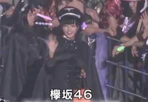 Cantoras da banda japonesa Keyakizaka46 apareceram com quepes com um emblema que lembra a águia nazista Foto: YouTube / Reprodução
