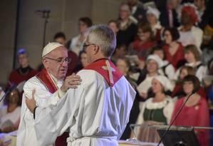 Papa Francisco cumprimenta o secretário-geral da Federação Luterana Mundial, Martin Junge Foto: AP