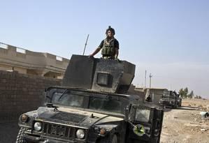 Soldado iraquiano avança em direção ao centro de Mossul durante ofensiva para libertar cidade do EI Foto: Marko Drobnjakovic / AP