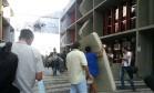 Alunos carregam colchões e roupas após desocupação do Núcleo Regional de Educação de Curitiba Foto: Tiago Dantas/Agência O Globo 01/11/2016