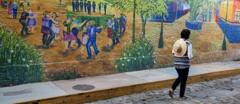 Painel. Pintura no muro de casa do povoado de Ajijic, a uma hora de Guadalajara Foto: Elisa Martins / O Globo