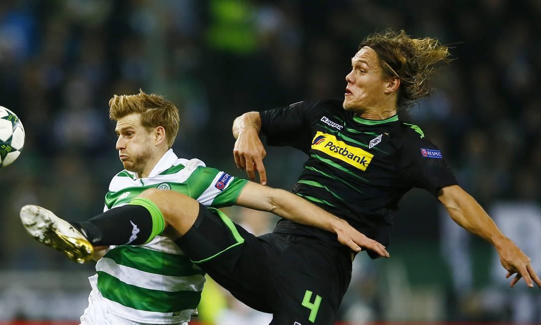 Stuart Armstrong, do Celtic, disputa a bola com Jannik Vestergaard, do Borussia Monchengladbach Wolfgang Rattay / REUTERS