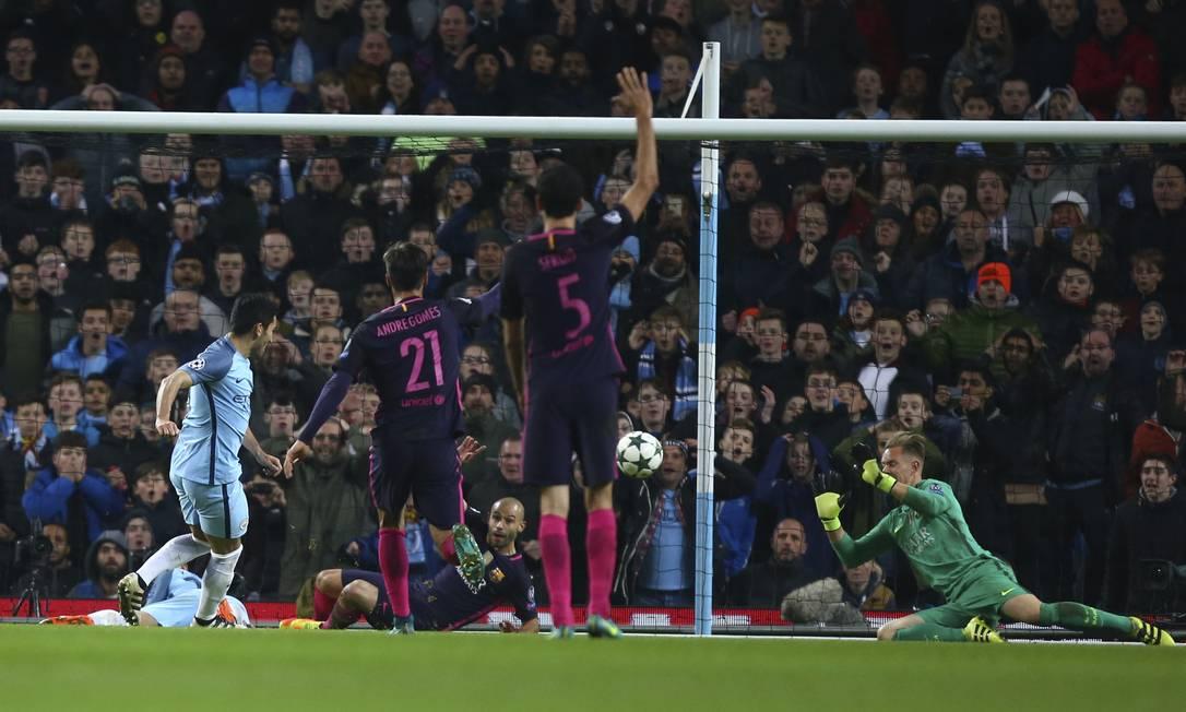 Gundogan, à esquerda, marca o terceiro gol da vitória do Manchester City sobre o Barcelona, Dave Thompson / AP