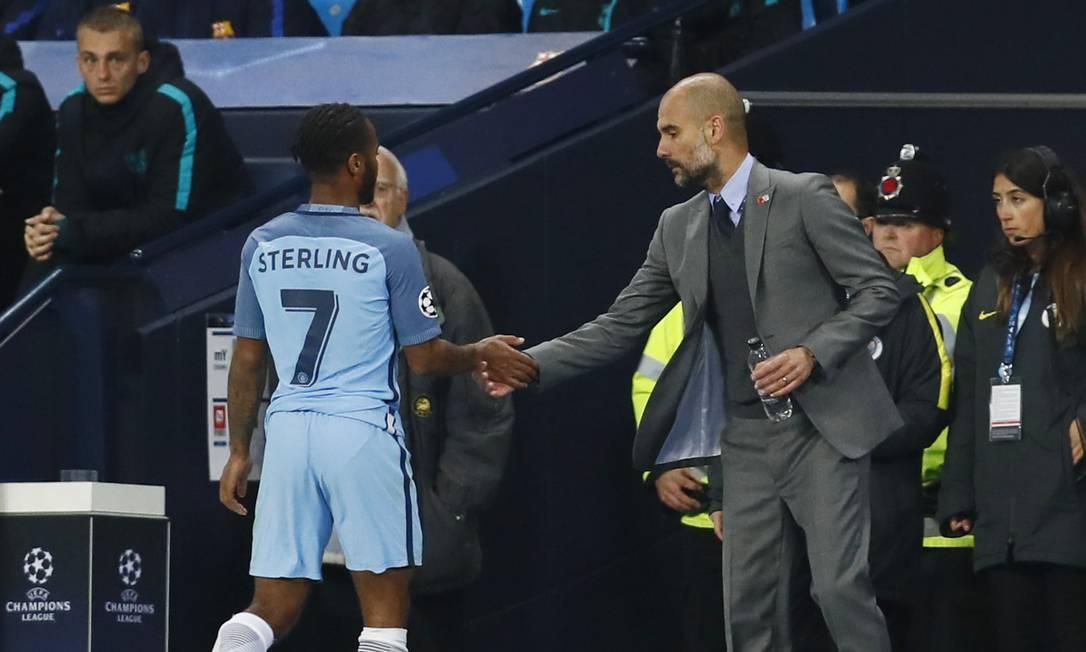 O técnico Pep Guardiola cumprimenta o britânico Sterling Jason Cairnduff / REUTERS