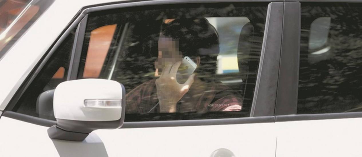 Irregularidade. Motorista fala ao celular enquanto dirige: multa para infração aumentou 245% Foto: Márcia Foletto