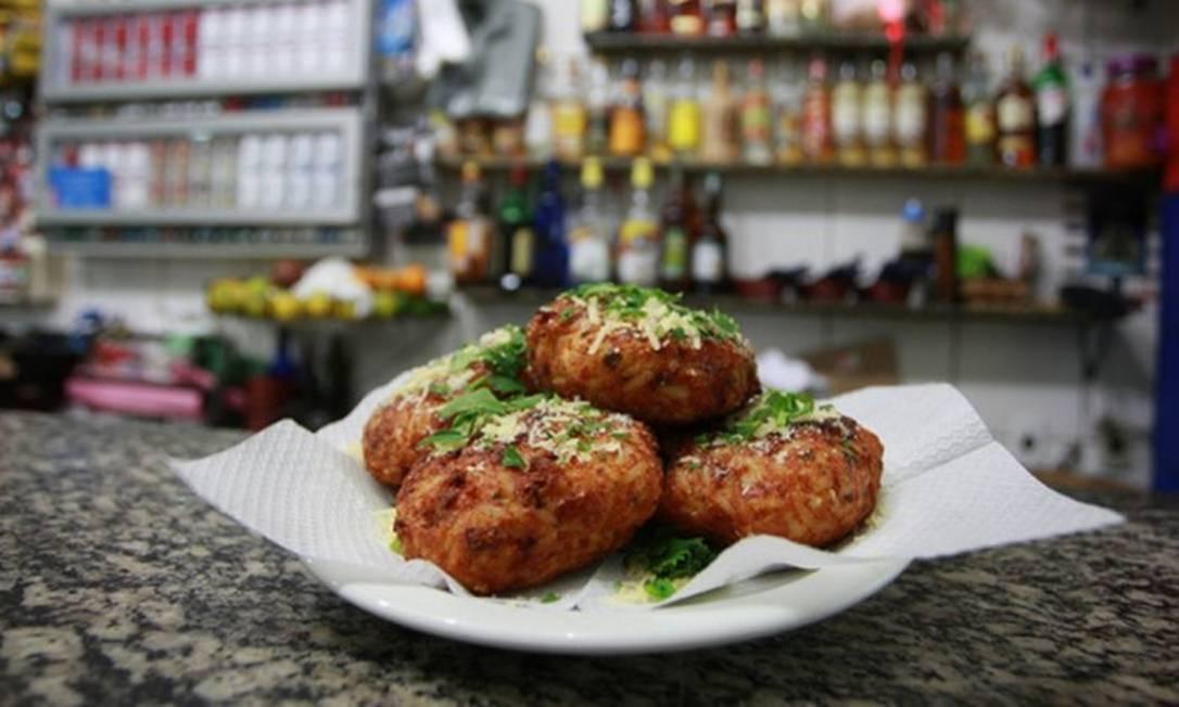 Bar do Momo. O bar da Tijuca que transformou hambúrguer em comida de boteco terá duas opções de sanduíche e o clássico bolinho de arroz Pedro Teixeira / O GLOBO