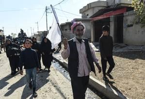 Civis iraquianos fogem da vila de Gogjali, perto de Mossul Foto: BULENT KILIC / AFP