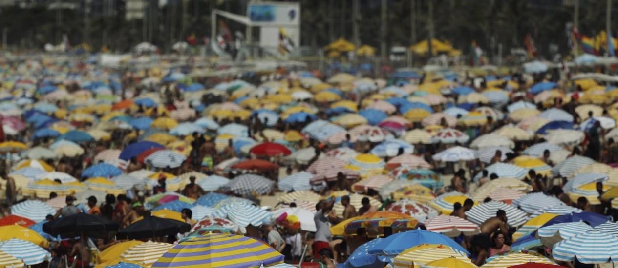 Praia de Ipanema lotada no feriado de Finados Foto: Gabriel de Paiva / O Globo