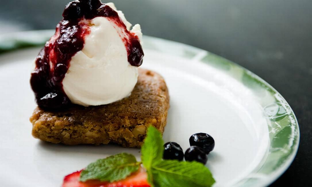 Bibi Sucos. Brownie branco com sorvete e calda de frutas vermelhas (R$15,90) Rodrigo Rodrigues Castro / Divulgação