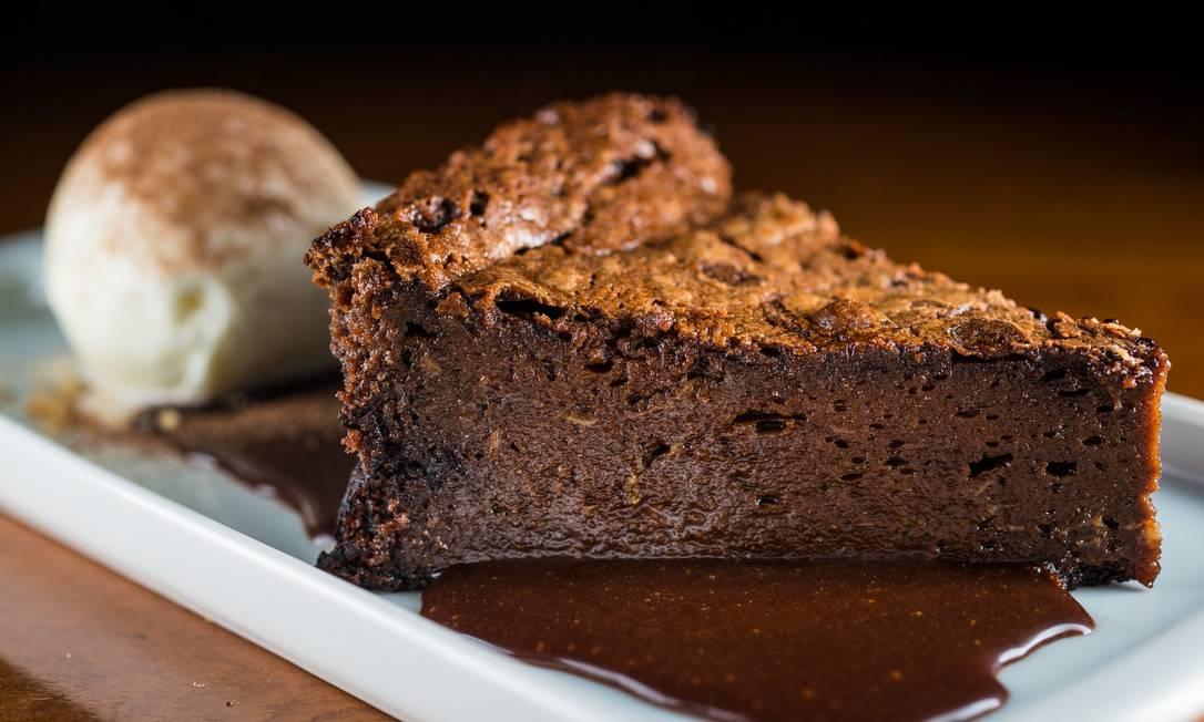 Prima Bruschetteria. O bolo fofo de chocolate é sem farinha (R$ 25) e servido com crocante de amêndoas, calda e sorvete de baunilha Bourbon Tomas Rangel / Divulgação