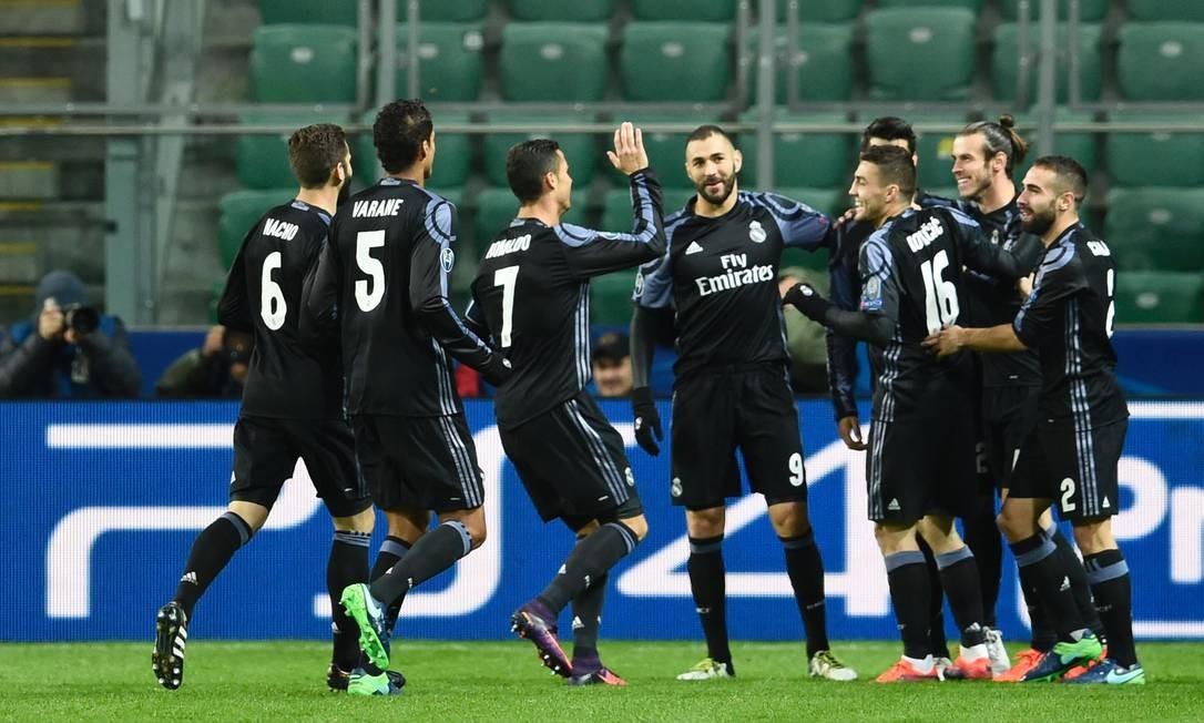 Jogadores do Real Madrid' correm para cumprimentar Bale (o segundo, no cantinho direito da foto), autor do primeiro gol sobre o Legia, em Varsóvia ODD ANDERSEN / AFP