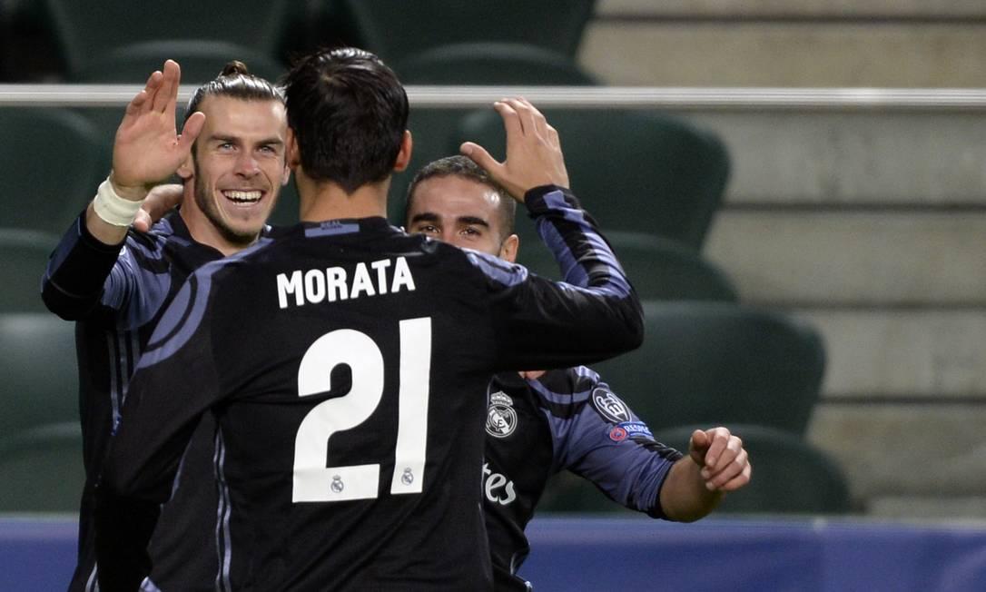 Gareth Bale sorri ao ser cumprimentado por Morata após marcar para o Real Madrid contra o Legia, em Varsóvia, logo aos 57 segundos de jogo Alik Keplicz / AP