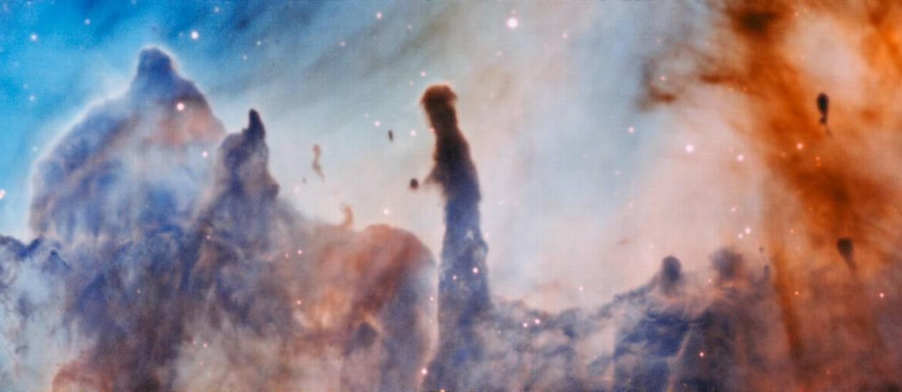 Imagem dos 'pilares da destruição' na nebulosa de Carina, a cerca de 7,5 mil anos-luz da Terra: estrelas recém-nascidas estão dispersando as grandes estruturas onde se formaram Foto: ESO/A. McLeod