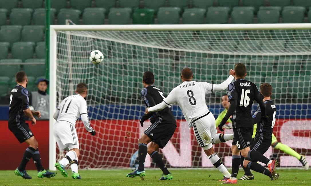 O belga Vadis Odjidja (8) solta a bomba e marca golaço para o Legia, contra o Real Madrid JANEK SKARZYNSKI / AFP