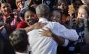 O presidente Obama é abraçado por duas eleitoras na Universidade da Carolina do Norte, em Chapel Hill Foto: Pablo Martinez Monsivais / Pablo Martinez Monsivais/AP