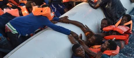 Migrantes e refugiados ficam em pânico após caírem na água durante uma operação de resgate no Mar Mediterrâneo, perto da costa líbia Foto: ANDREAS SOLARO / AFP
