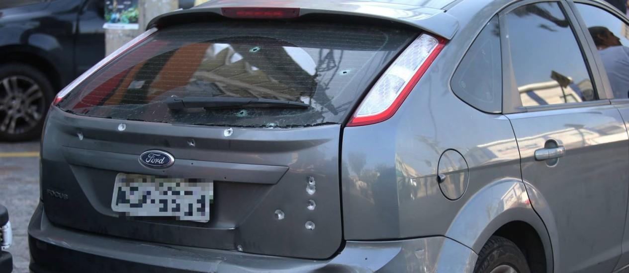 Carro atingido por vários disparos em tiroteio Foto: Fabiano Rocha / Agência O Globo