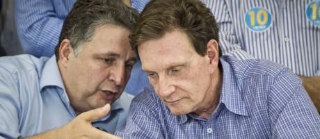Anthony Garotinho (PR) com Marcelo Crivella (PRB) Foto: Guito Moreto/9-10-2014 / Agência O Globo