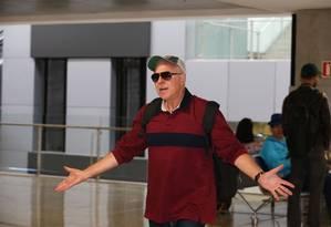 O ex-diretor da Petrobras, Paulo Roberto Costa chega ao aerporto de Curitiba para embarcar ao Rio, onde mora Foto: Geraldo Bubniak/O GLOBO