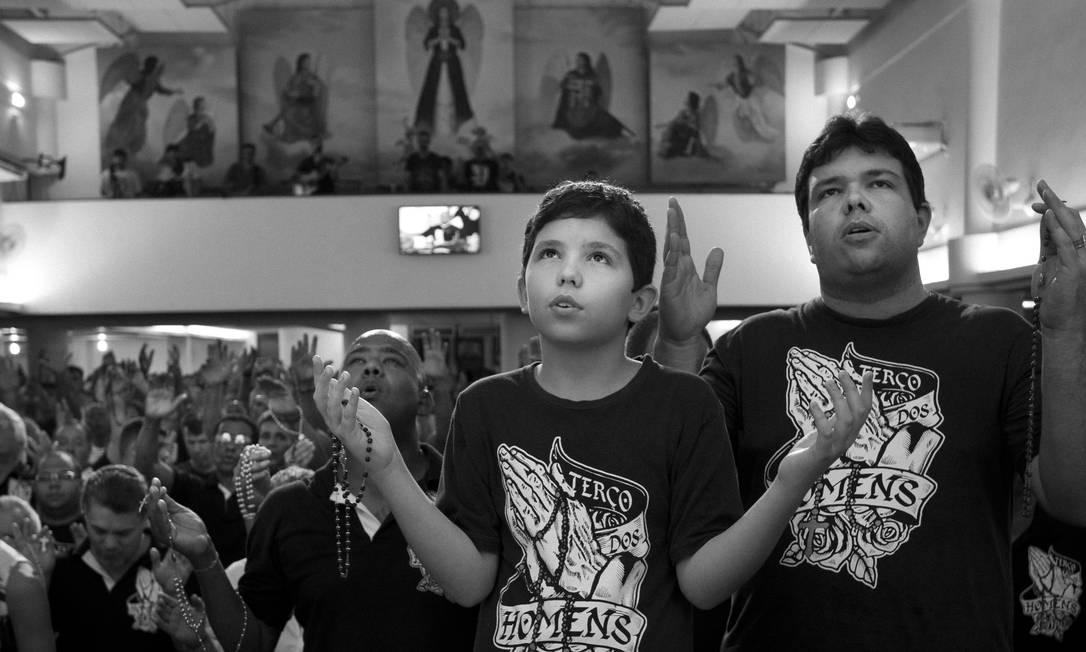 Crianças, jovens, quarentões e idosos vão ao Terço dos Homens, que reúne cerca de três mil devotos toda quinta-feira na Paróquia São Rafael Arcanjo, em Vista Alegre, Zona Norte do Rio Márcia Foletto / Agência O Globo