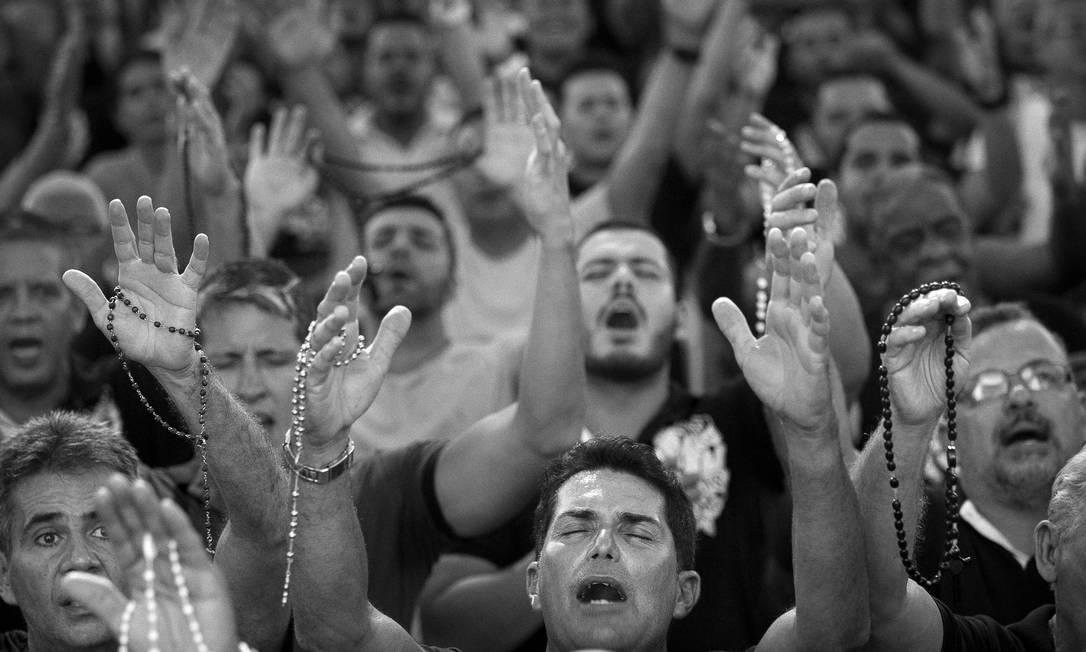 Desde o primeiro encontro na Paróquia São Rafael Arcanjo, em fevereiro de 2012, o número de devotos se multiplicou: hoje, o Terço dos Homens de Vista Alegre é considerado o maior do Brasil Márcia Foletto / Agência O Globo