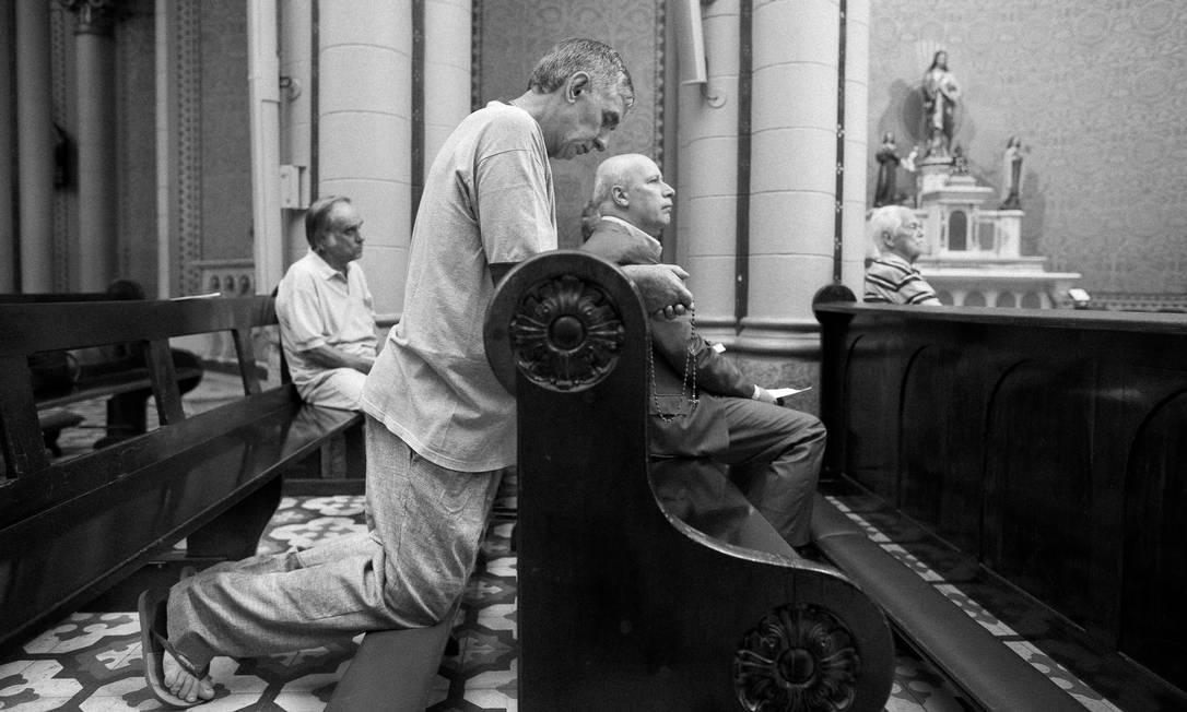 Frequentadores do Terço dos Homens na Igreja Nossa Senhora da Paz, no coração de Ipanema Márcia Foletto / Agência O Globo