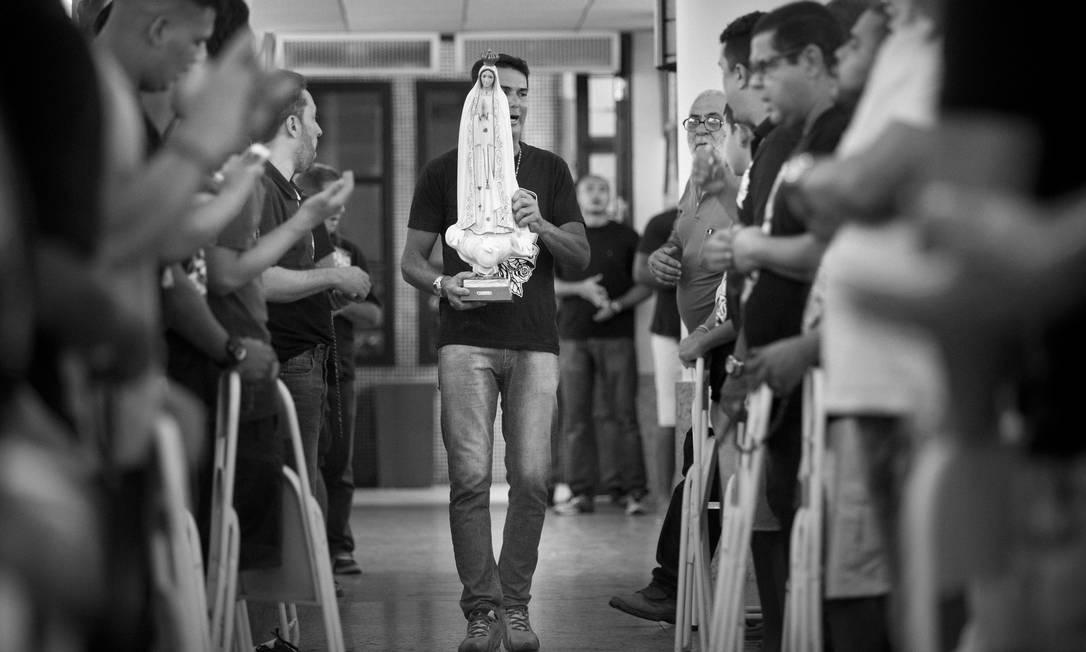 Fiel atravessa a Paróquia São Rafael Arcanjo com a imagem de Nossa Senhora de Fátima: início do terço Márcia Foletto / Agência O Globo
