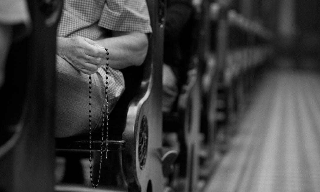 Integrante do grupo de oração na paróquia de Ipanema, que passou a sediar encontros do tipo há um ano Márcia Foletto / Agência O Globo