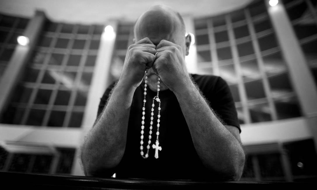 Integrante do recém-criado grupo de oração na Paróquia São José da Lagoa, na Zona Sul da cidade Márcia Foletto / Agência O Globo