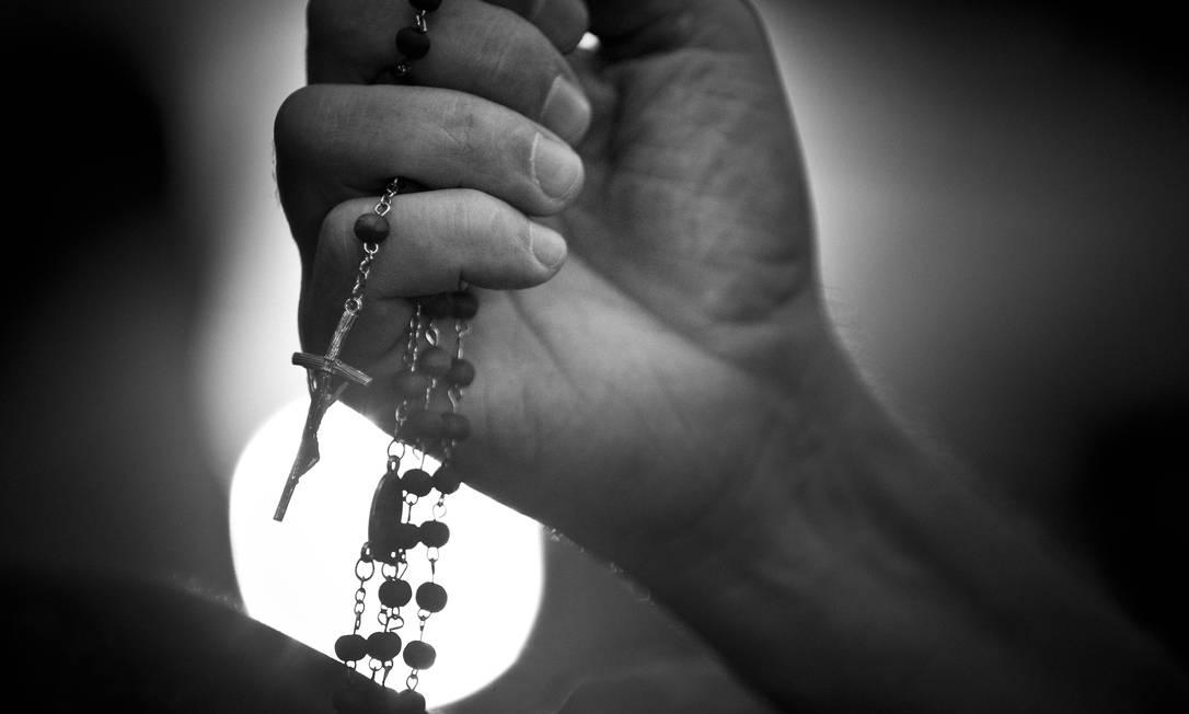 Detalhe do rosário na mão de um devoto na igreja da Lagoa Márcia Foletto / Agência O Globo