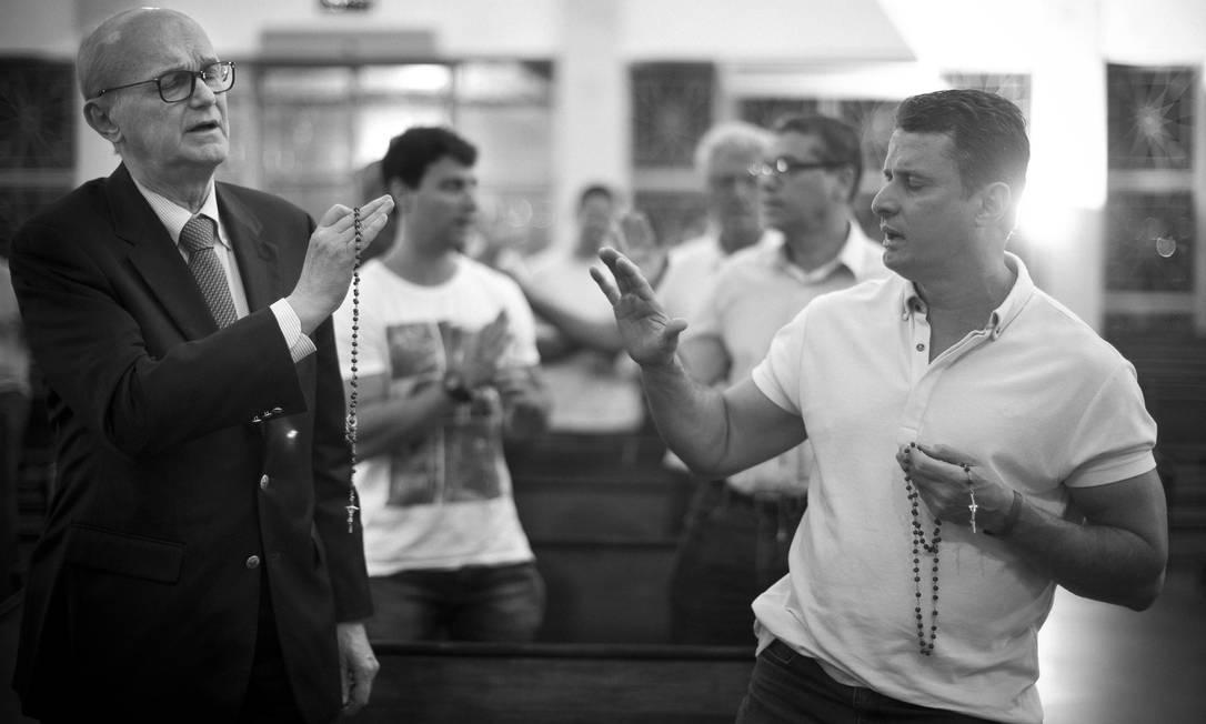 Momento de interação no Terço dos Homens na Igreja São José da Lagoa Márcia Foletto / Agência O Globo