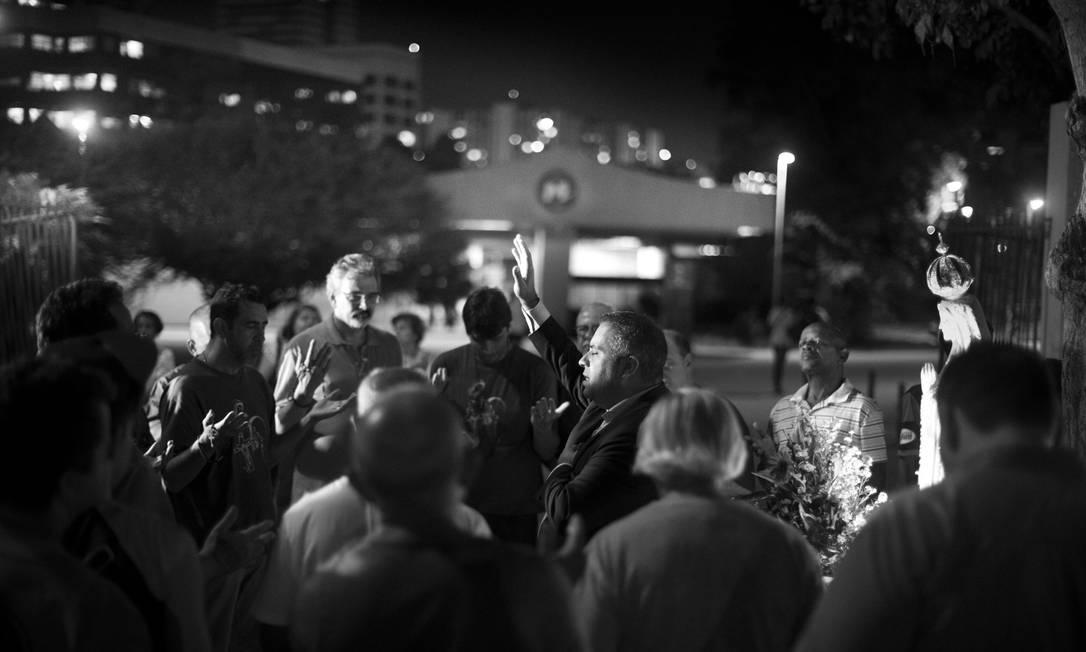 O diácono Melquisedec, que comanda o Terço dos Homens em Vista Alegre, faz oração ao ar livre no Largo do Estácio Márcia Foletto / Agência O Globo