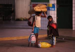 Todos os dias venezuelanos chegam a Pacaraima, cidade brasileira de 12 mil habitantes na fronteira de Roraima com a Venezuela Foto: Marcos Alves / Agência O Globo