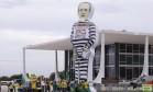 Manifestantes fazem protesto com boneco inflável de Renan vestido de presidiário Foto: Jorge William / Agência O Globo