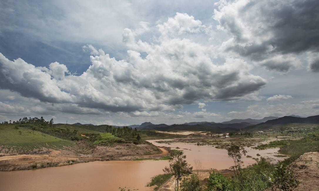 A lama soterrou nascentes, olhos d'água e áreas de recarga do lençol freático numa das cabeceiras da Bacia do Rio Doce Foto: Ana Branco / Agência O Globo