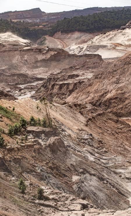 A maior parte dos locais afetados continua como deixada pela lama há um ano Foto: Ana Branco / Agência O Globo