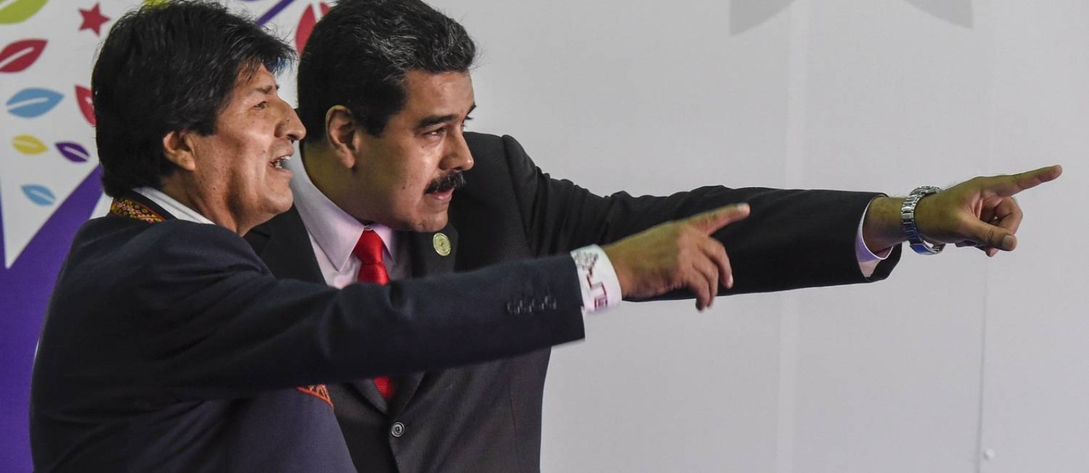 Olha ali! O presidente da Bolívia, Evo Morales (à esquerda) conversa com seu aliado venezuelano Nicolás Maduro: analistas latino-americanos acham que um eventual governo de Donald Trump seria catastrófico para a América Latina Foto: JUAN BARRETO/AFP