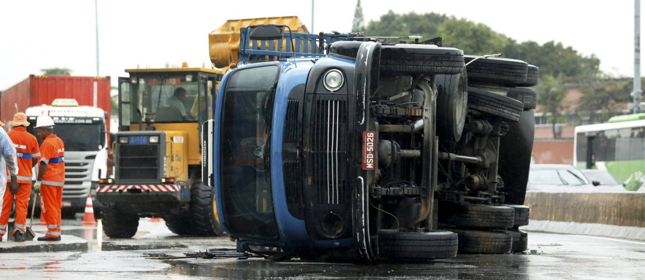 Caminhão tomba na pista lateral no sentido Zona Oeste da Avenida Brasil Foto: Gabriel de Paiva / O Globo
