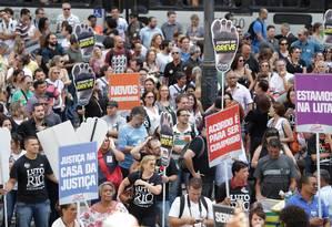 Protesto de servidores em frente à Alerj em 01/11/2016 Foto: Márcio Alves / O Globo