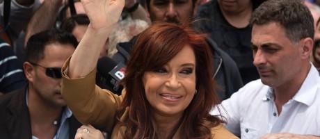 Cristina Kirchner acena na chegada a tribunal para depor sobre acusações que pesam contra sua atuação enquanto presidente Foto: EITAN ABRAMOVICH / AFP