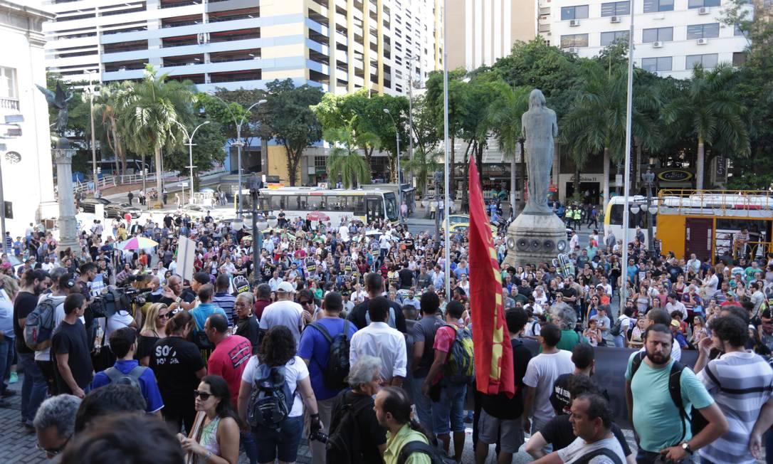 Servidores públicos protestam em frente à Assembleia Legislativa em 01/11/2016 Foto: Márcio Alves / Agência O Globo